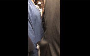 【痴漢盗撮動画】肘で後方にいる女性客の胸部をつつく背広の男性