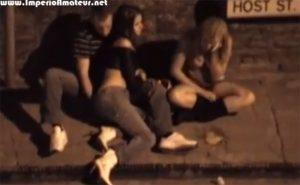 【DQN観察動画】泥酔してイチャつくカップルと、すぐ横で半裸で酔いつぶれてゲロ吐く女の子