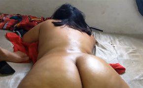 【マッサージ動画】肉感的なコロンビア人の女性が全裸でオイルマッサージを受ける様子