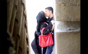 【カップル青姦盗撮動画】若いアラブのカップルが野外で発情してしまう様子