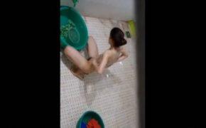 【民家風呂盗撮動画】ガリガリ体型の女の子が身体を洗う様子
