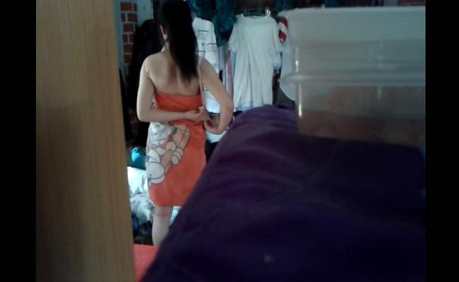 【民家盗撮動画】生活感のある室内で着替える女性