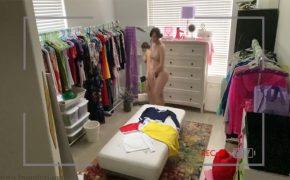【民家盗撮動画】衣裳部屋みたいな部屋でおもむろにオナニー初める女の子