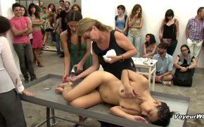 【エロ動画】数十人が見ている前で洗体される剛毛中年女性