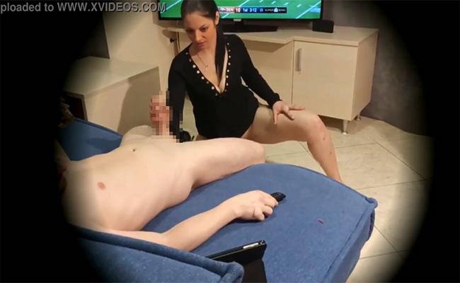 【隠し撮り】サッカー見ながら彼女にフェラチオさせる彼氏