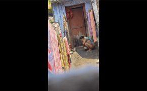 【インド盗撮動画】太陽の真下でオシッコする女の子