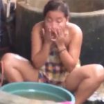 【行水盗撮動画】真昼間の屋外でマンコを洗うインドの女性