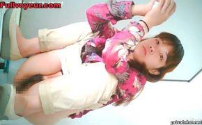 【中国トイレ盗撮動画】なかなかうんちが出てくれなくて難儀する若い女の子