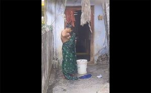 【インド盗撮動画】腋毛生やしっ放しなぽっちゃり体型のインド人女性が水浴び