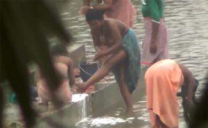 【盗撮動画】オッパイ丸出しで川で身体を洗うインド人女性達の日常風景