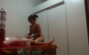 【タイマッサージ店盗撮動画】全裸で密着&手コキサービスのお店