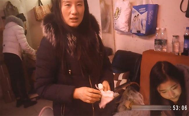 【売春宿盗撮動画】かつての黄金街を彷彿とさせる飾り窓越しに並ぶ女性達