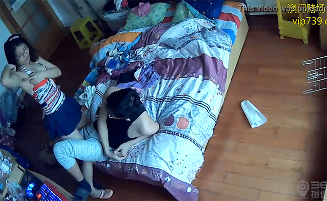 【民家盗撮動画】何故か彼氏に腋毛を見せ付けるメガネの彼女