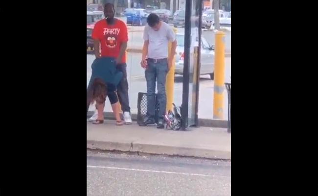 【青姦動画】真昼間の街中にて咥えタバコで堂々と立ちバックする黒人男性を隠し撮り!
