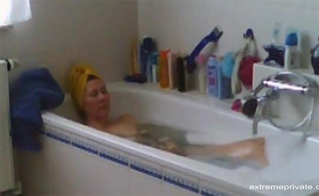 【民家風呂盗撮動画】浴槽に漬かるついでにオナニーする熟女
