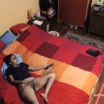 【民家盗撮動画】広いベッドで独りオナニーする熟女がなんとも物悲しい
