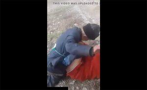 【晒し動画】青姦してる所にカメラを向けられ必死に手で遮る老人