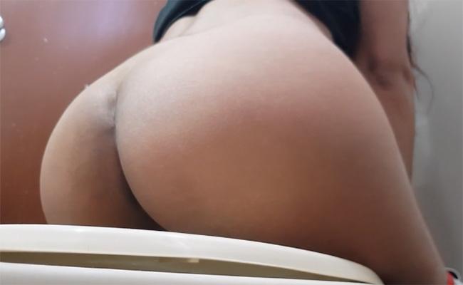【トイレ盗撮動画】褐色のデカ尻がそそる女の子のオシッコ風景