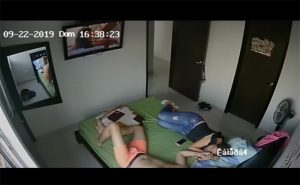 【民家盗撮動画】ベッドで仲良くTVを見ていたカップル、唐突にセックスを初める