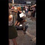 【カップル盗撮動画】周りに思いっきり人が居る路上で手マンされる彼女