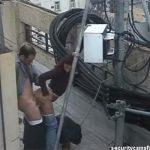【カップル盗撮動画】雑居ビルの屋上でハメるカップル