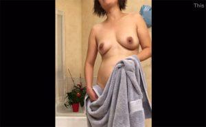 【民家風呂盗撮動画】典型的なおばちゃん体型の中年女性がバスタオルで身体を拭く様子