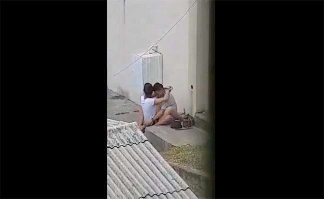 【カップル青姦盗撮動画】建物の裏で周りを気にしつつハメる二人