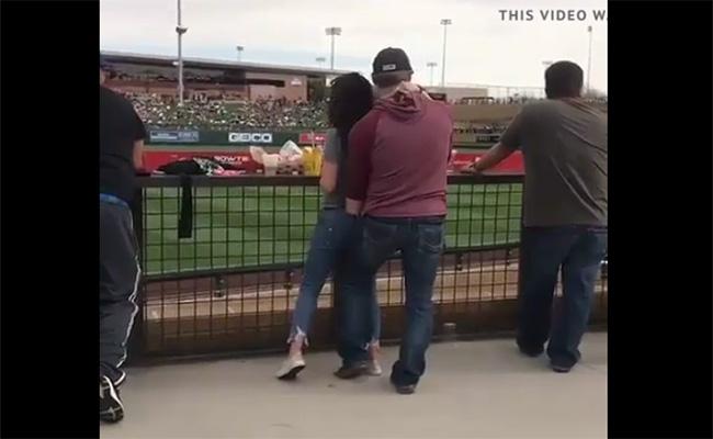 【バカップル盗撮動画】スポーツ観戦しつつ彼女の股間をまさぐる彼氏