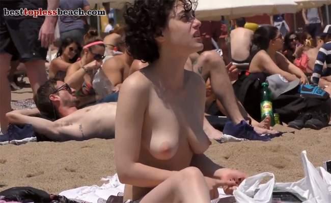 【ヌーディストビーチ盗撮動画】某女優になんとなく似てるパーマネント頭の女の子