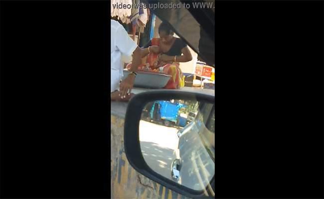 【インド盗撮動画】おっぱいの位置を直す女性
