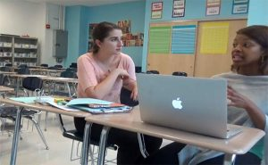 【盗撮動画?】教室で何かをしている女性2人