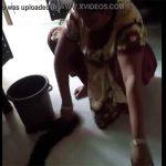 【胸チラ盗撮動画】一生懸命床に雑巾がけをする熟女のおっぱいを隠し撮り