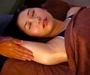 【オイルマッサージ動画】色白美人な女性の二の腕から腋の下をマッサージ