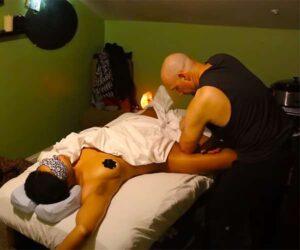 【オイルマッサージ動画】全裸にニップレスと言う格好で施術を受ける肉感的な身体の女性