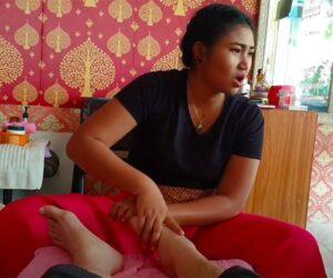 【タイ古式マッサージ動画】ムチムチした若い女性セラピストからフットマッサージを受ける白人男性客