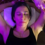 【リンパマッサージ動画】舌なめずりしつつワキの下のマッサージを受ける美人