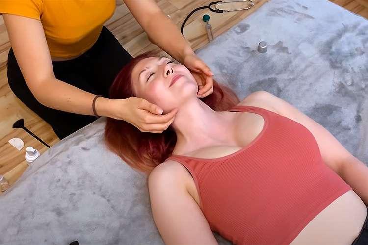 【マッサージ動画】巨乳タンクトップの女性がフェイシャルマッサージを受ける様子
