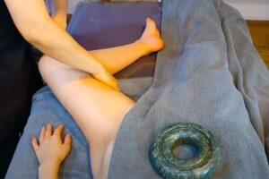 【リンパマッサージ動画】全裸女性の鼠蹊部を丹念にマッサージする施術の様子