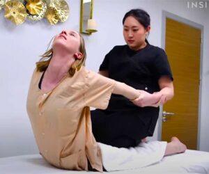 【タイ古式マッサージ動画】若い白人女性が丸山礼似のセラピストから初めてのタイ古式マッサージ施術を受ける様子