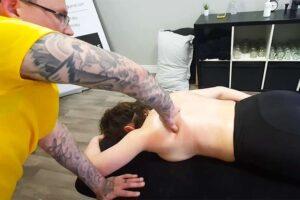 【マッサージ動画】上半身裸の女性がタトゥーだらけのマッサージ師に揉まれる
