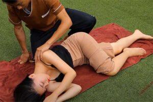 【タイマッサージ動画】野外でタイ古式マッサージを受けるノーブラ女性