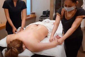 【双身マッサージ動画】※乳首ポロリ事故有!!全裸の若い女性が2人のセラピストからオイルマッサージを受ける様子