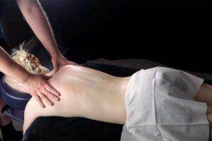 【ASMRマッサージ動画】綺麗な背中の金髪女性がマッサージを受ける様子