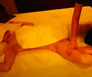 【女性向けマッサージ店施術動画】30代女性が全裸で男性セラピストにオイルマッサージを受ける様子