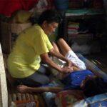 【マッサージ動画】掘っ立て小屋みたいな場所でお婆ちゃんにマッサージを受ける若い女の子