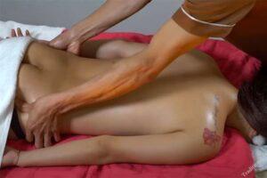 【マッサージ動画】全裸のタトゥー美女がスウェディッシュマッサージを受ける様子