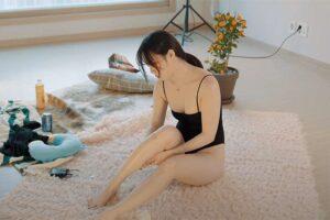 【セルフマッサージ動画】ハイレグ水着姿の若い韓国人女性がオイルマッサージする様子を4K高画質で