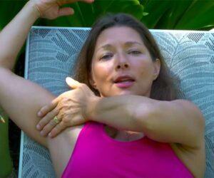 【マッサージHowto動画】引き締まった筋肉質な肉体の女性によるセルフリンパマッサージ解説の様子