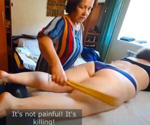 【マッサージ動画】ぽっちゃり女性の下半身を揉んだりラップで包んだり棒でペシペシ叩いたり…独特な手順が印象的なDr Lucyと名乗る陽気な熟女の施術