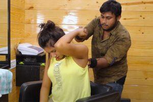 【マッサージ動画】インド人女性が首のポキポキ整体を受ける様子